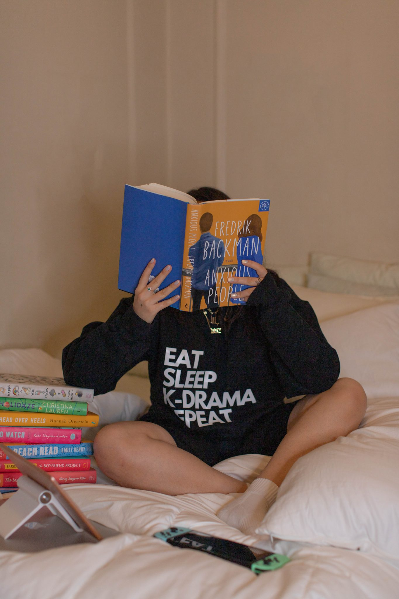 Everything I Read in 2020 by Basically A Mess (image of a woman reading Anxious People by Fredrick Backman book)